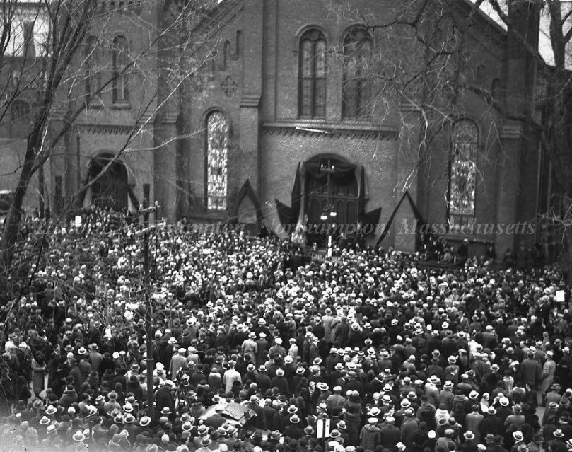 Crowds gathered outside Edwards Congregational Church to remember Calvin Coolidge, January 7, 1933 (Courtesy of the Northampton Historical Society)
