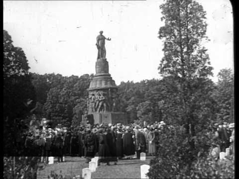 Americans North and South gather with Coolidge to honor all Americans who fought and died for our ideals, but especially those who wore the gray, 1924.