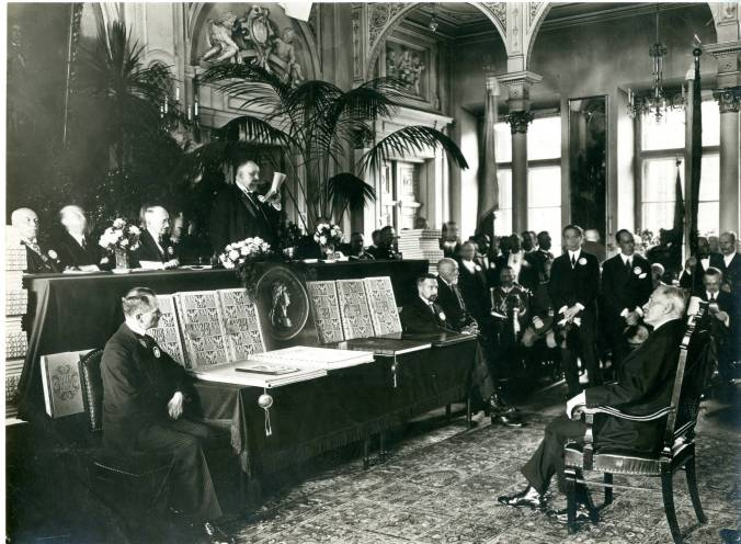 Stetson_Family_Collection_Photo_of_John_B_Stetson_Jr_and_other_distinguised_guests_Written_on_back_of_photo_The_4th_of_July__Kotnowski_reading_his_speech_The_President_in_the_centre_to_r