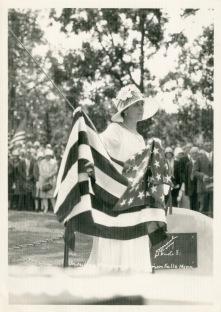 GC-holding-unveiling-flag-ColvillMemorial-CannonFallsMN-7-30-1928