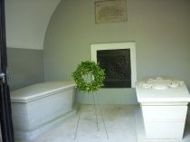 The tombs of George & Martha Washington. Photo credit: Harald Klinke.