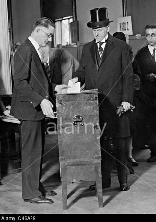 President Coolidge casting his vote, 1928. Photo credit: Alarmy.